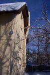 komín v krémové barvě fasády